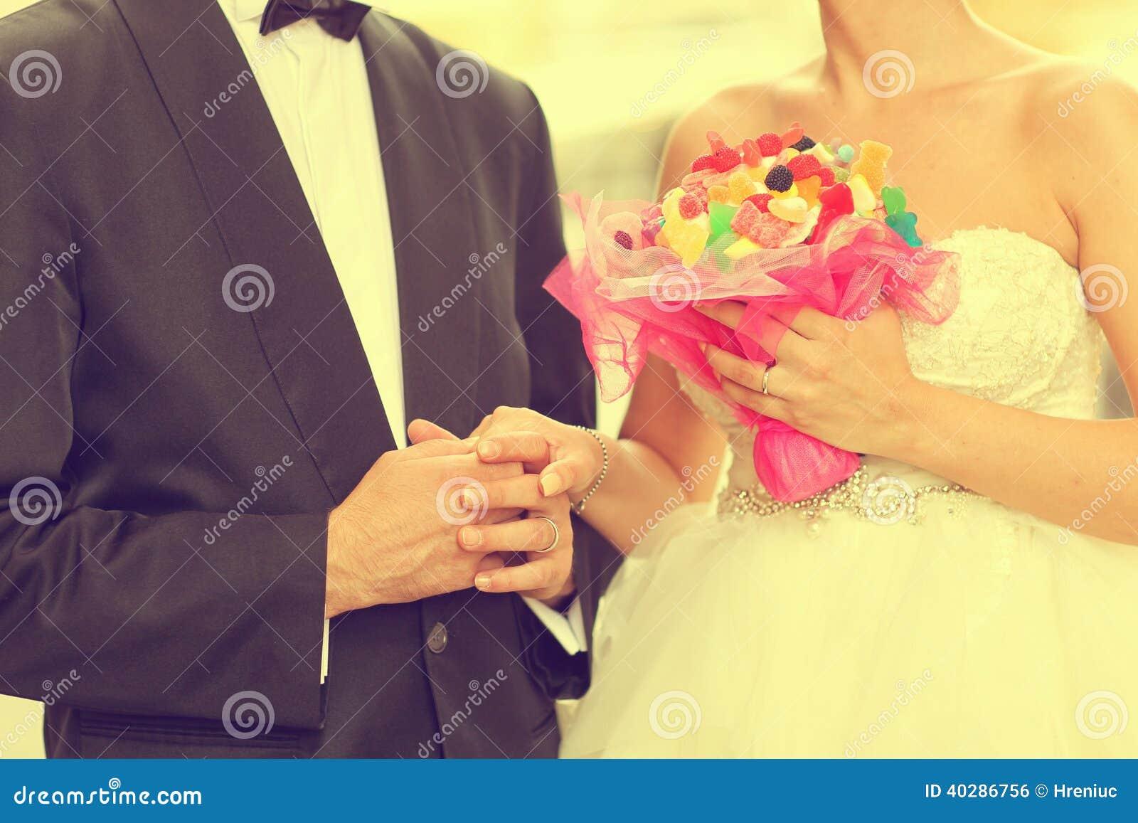 Жених и невеста держа руки