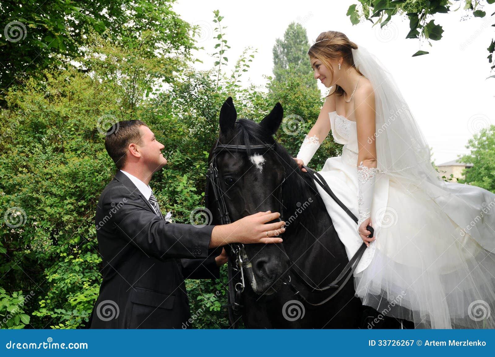 Жених и невеста свадьбы верхом