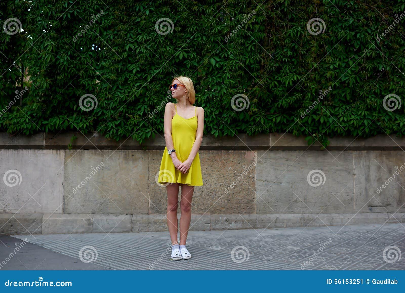 Женская милая девушка битника стоя против пустого космоса экземпляра для ваших текстового сообщения или содержания