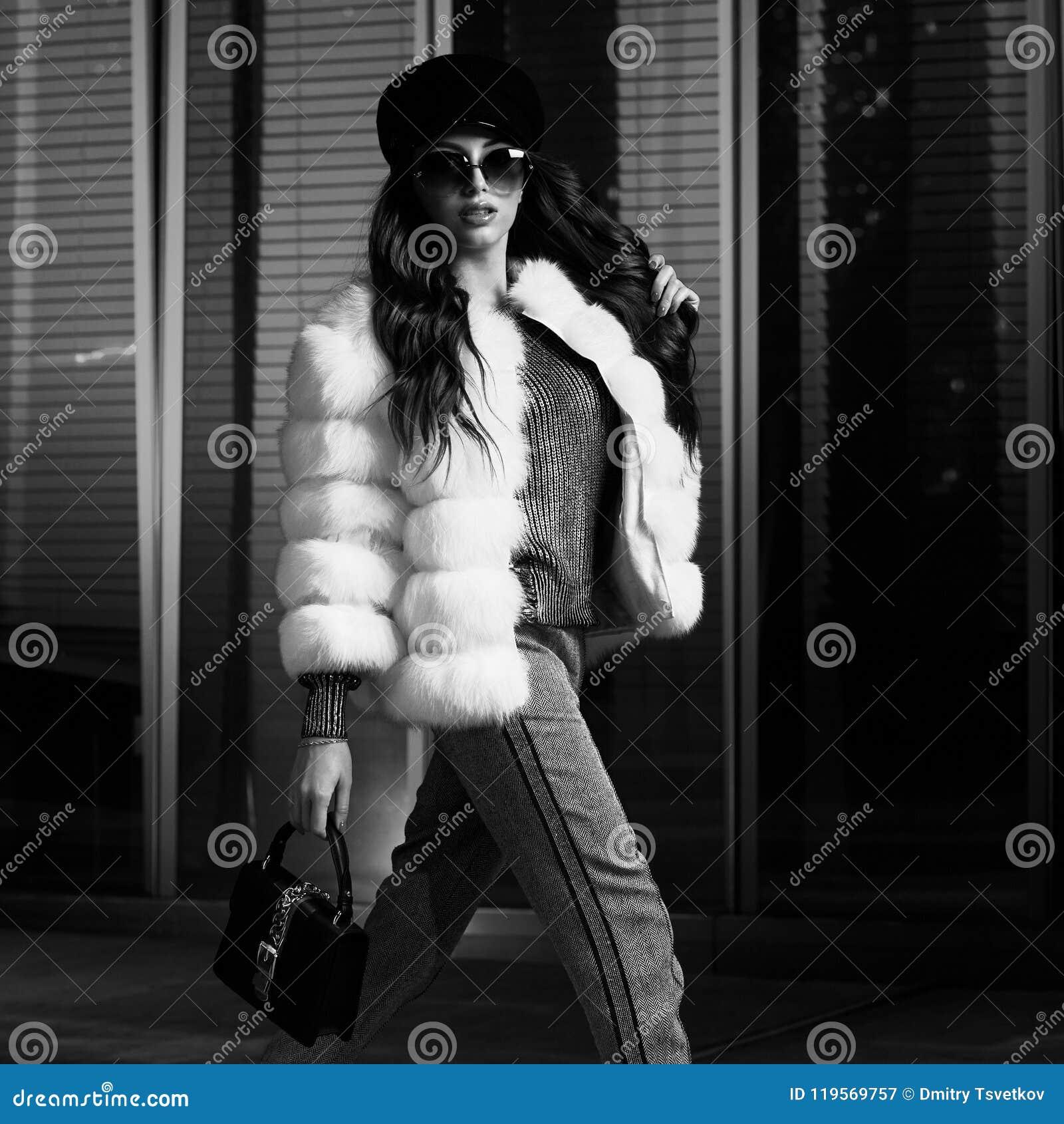 Женская модель в представлять роскошный outerwear