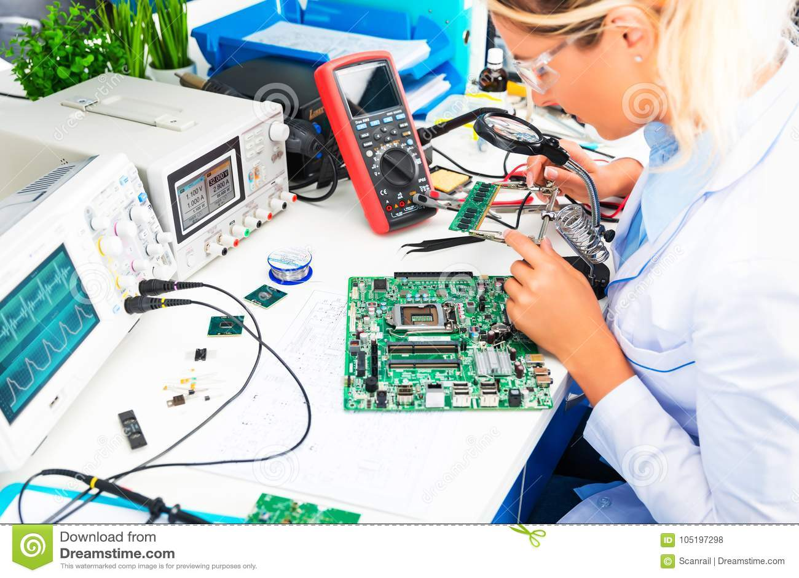 Женская монтажная плата проверочной схемы электронного инженера в лаборатории