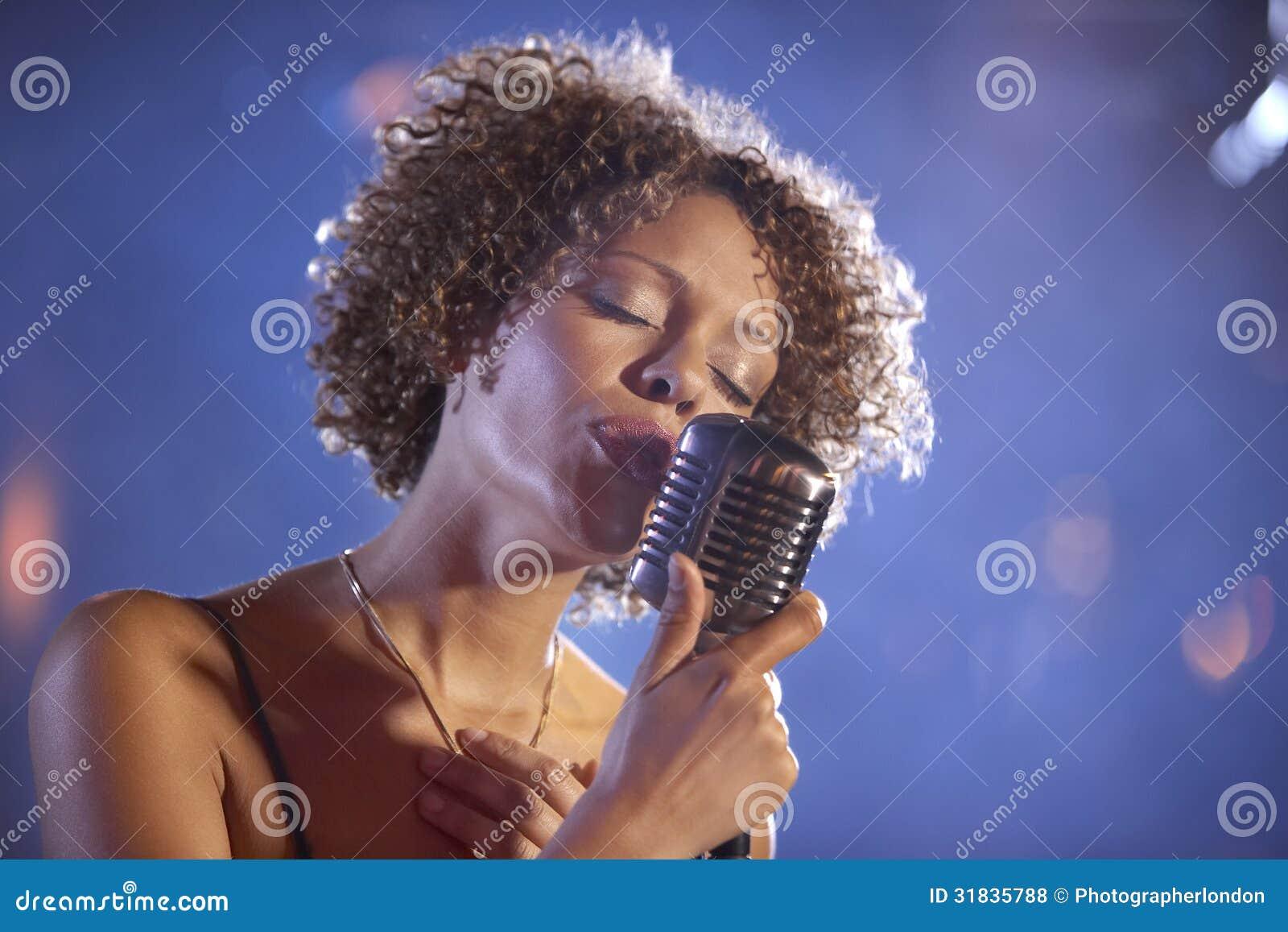 Женская певица джаза на этапе
