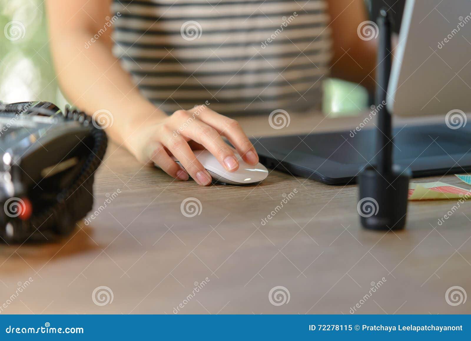 Download Женская правая рука используя мышь Стоковое Изображение - изображение насчитывающей электронно, adulteration: 72278115