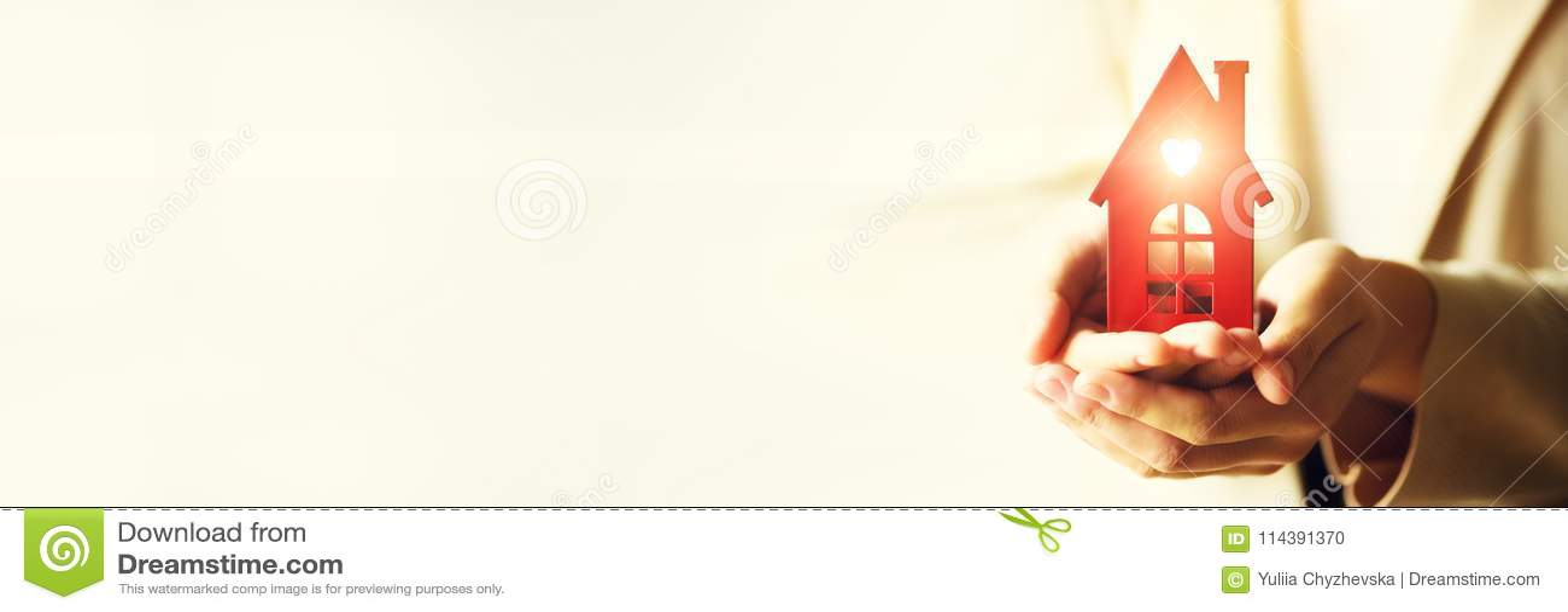 Женская рука держа ключ дома, агент недвижимости Страхование собственности, безопасность и уютная домашняя концепция скопируйте к