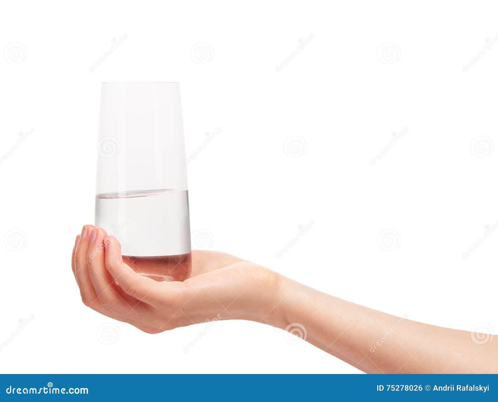 Женская рука держа чистое выпивая стекло с водой