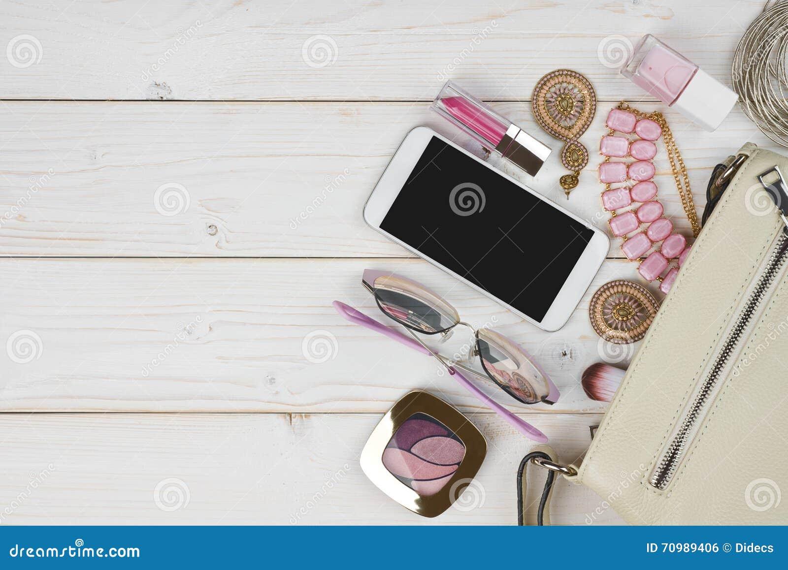 db630b43f2d5 Женские аксессуары падая от сумки на деревянной предпосылке с copyspace