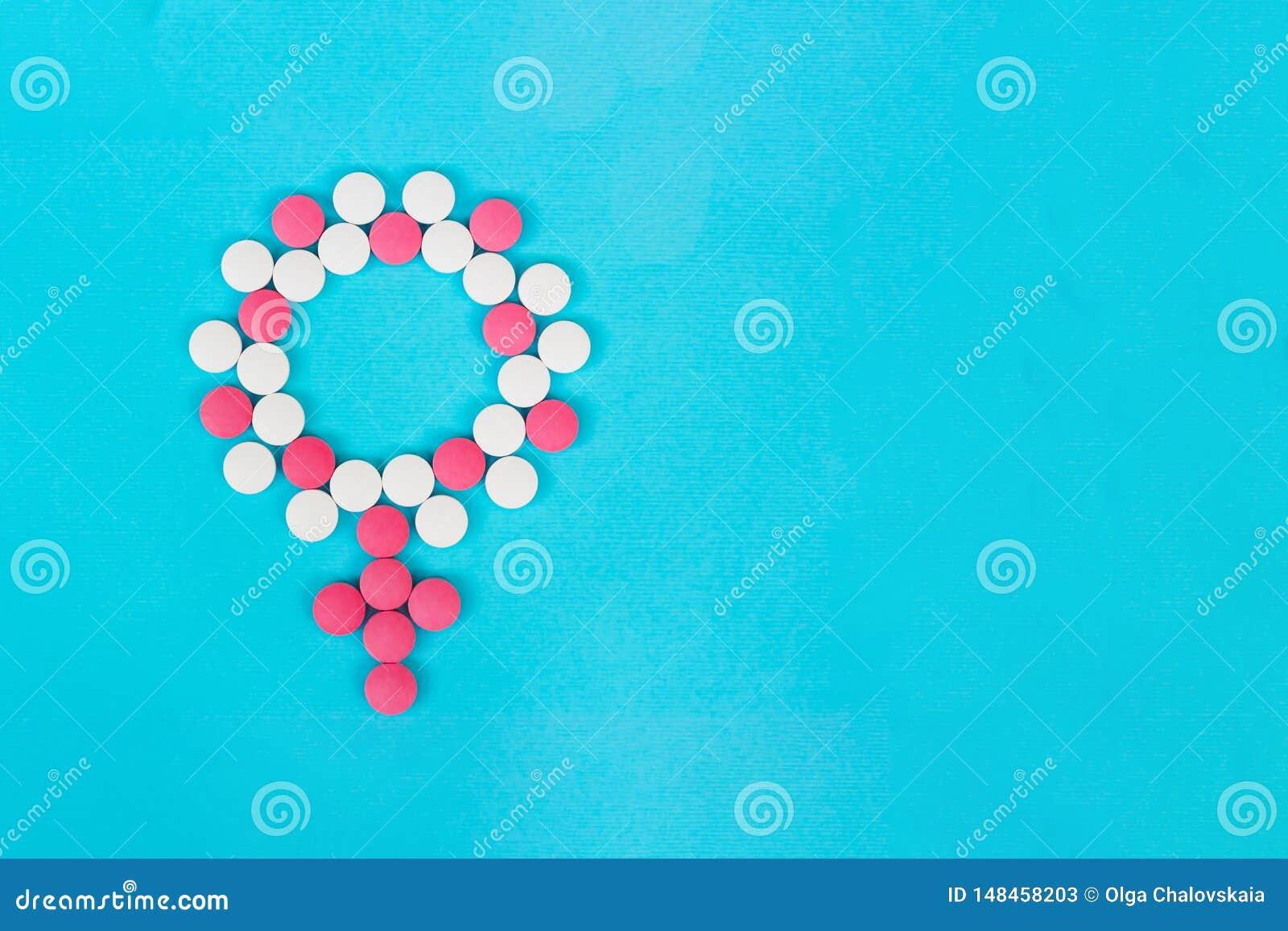 Женские заболевания Женский символ значка рода сделанный таблеток на светлом - голубой космос экземпляра взгляда сверху предпосыл