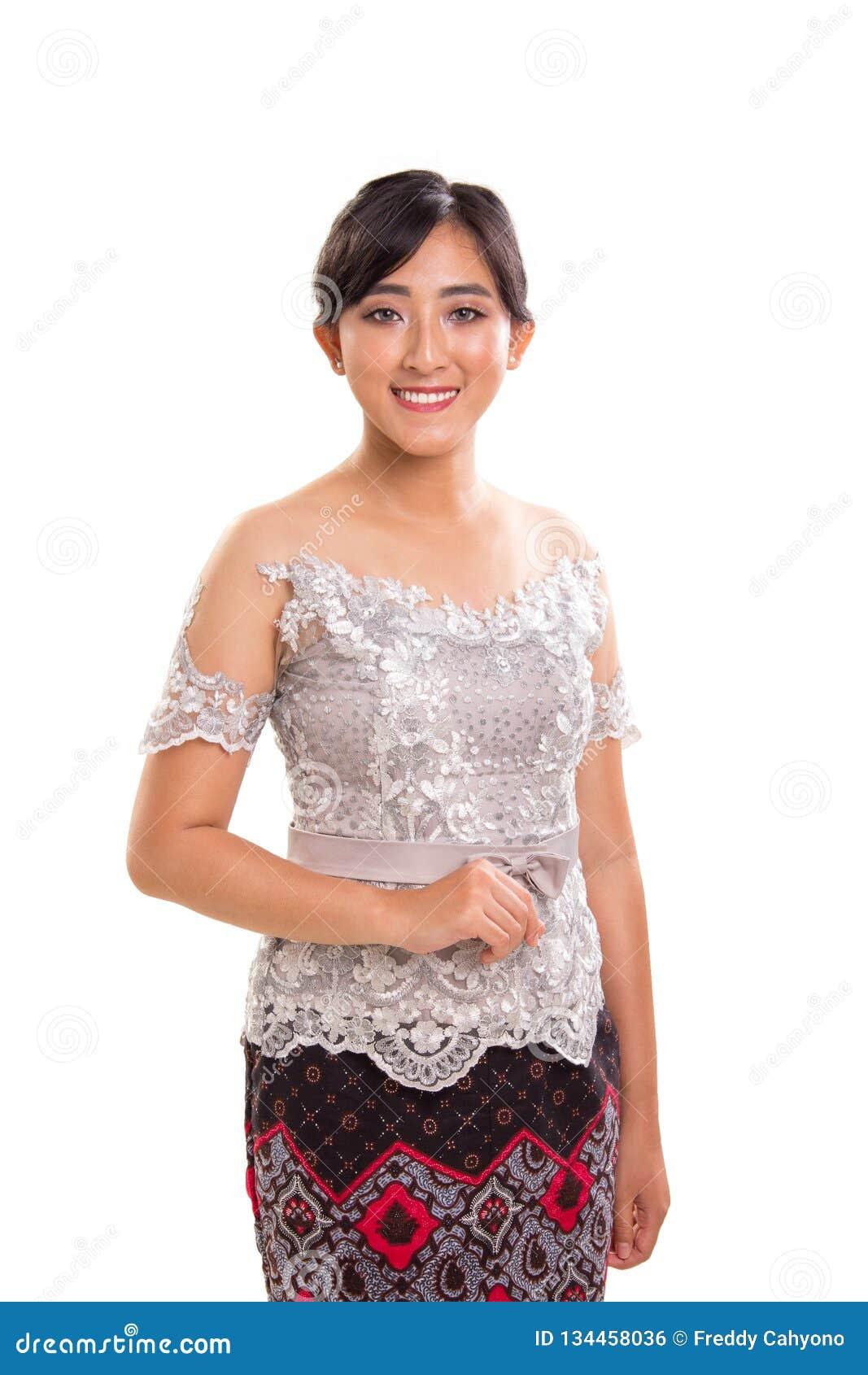 Женские индонезийские национальные обмундирования, белый портрет предпосылки