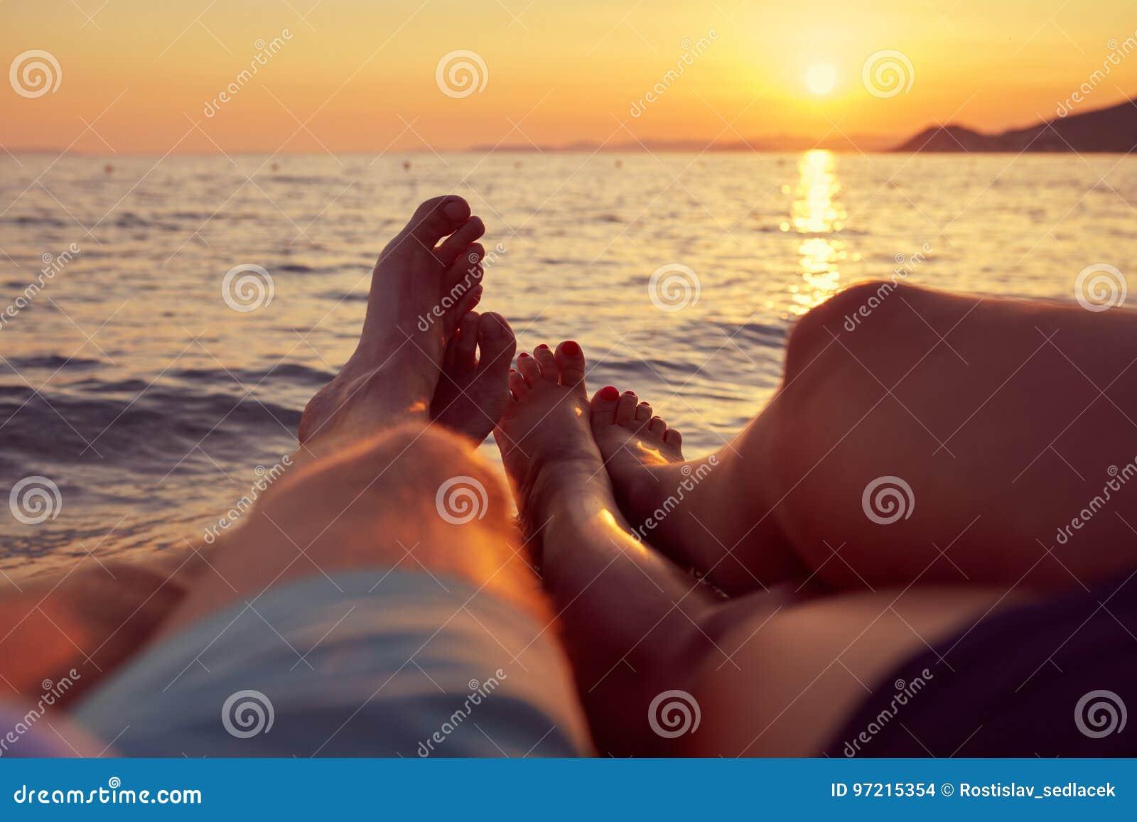 Фото мужских ног с пляжа