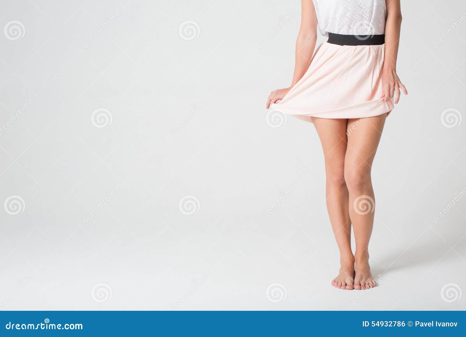 Ноги женские под юбкой