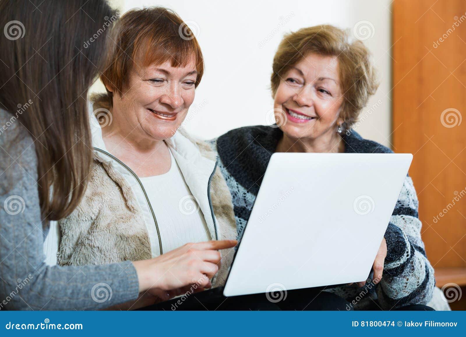 Женские пенсионеры и относительная сеть просматривать на компьтер-книжке