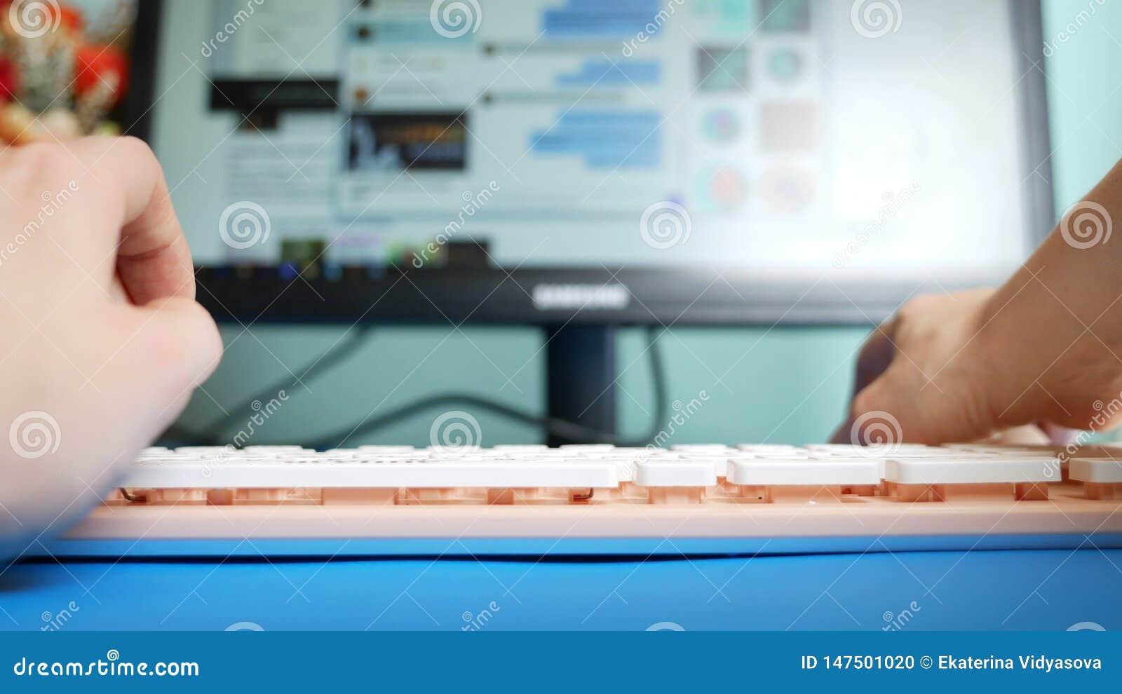 : : Женские руки печатая на сообщениях розовых клавиатуры в социальных сетях, на фоне