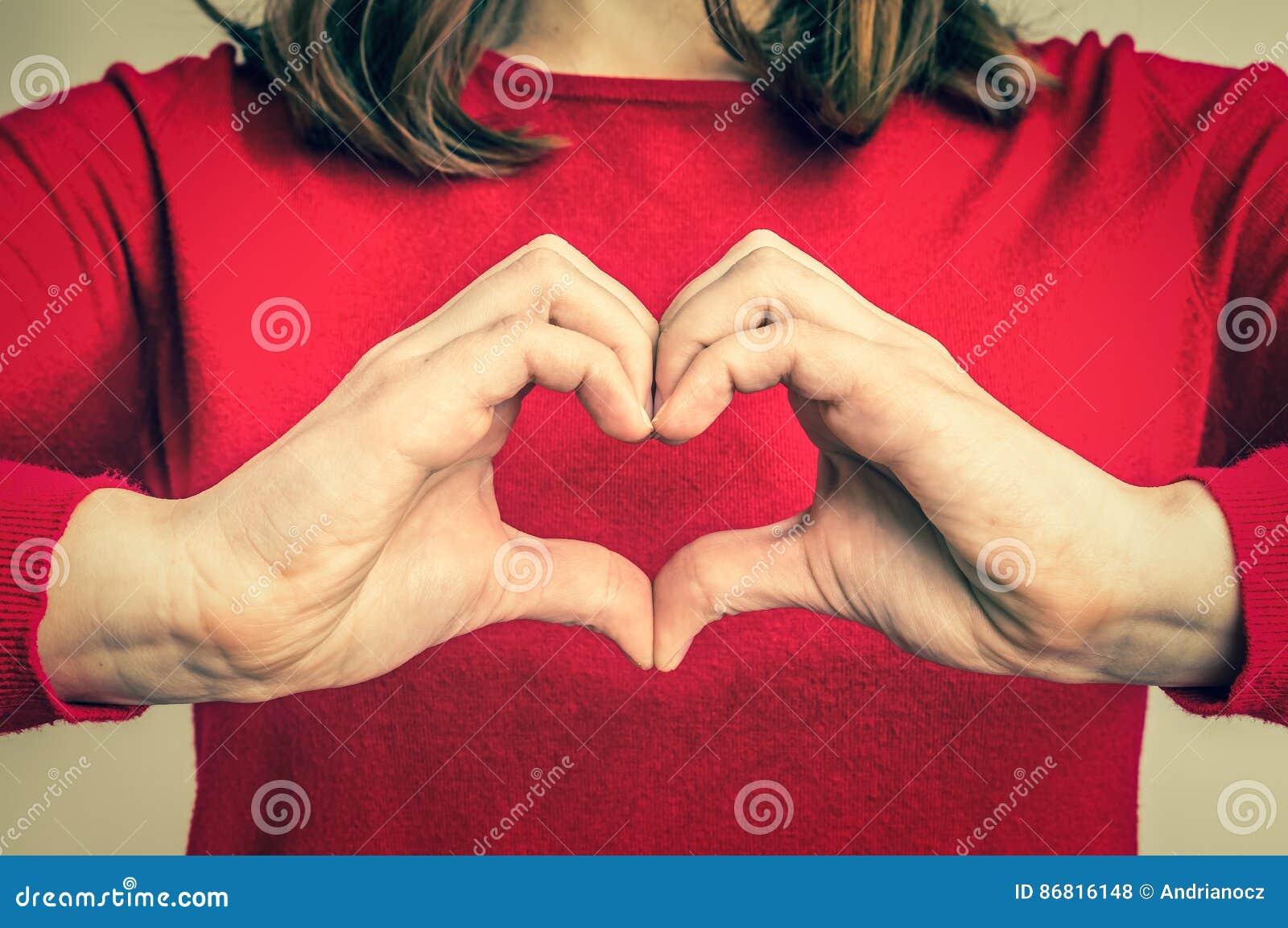 Женские руки показывая знак сердца - ретро стиля