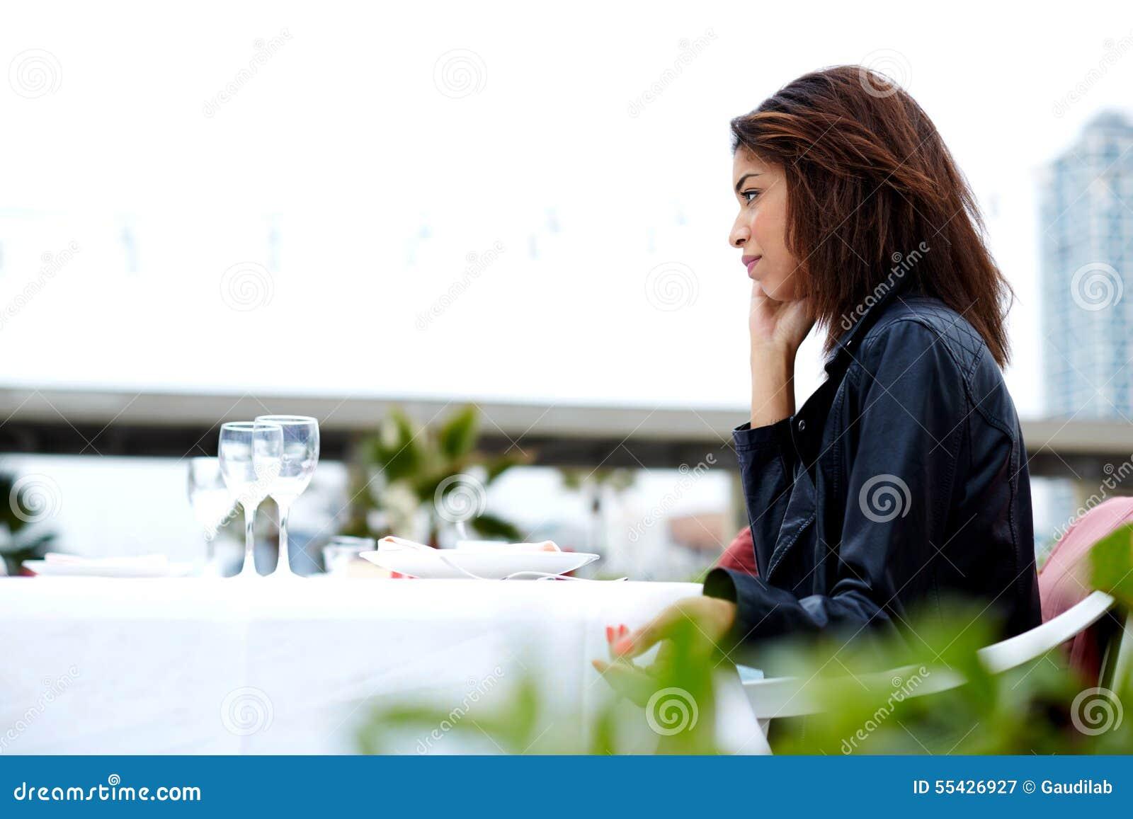 Женский битник имея переговор сотового телефона с кто-то
