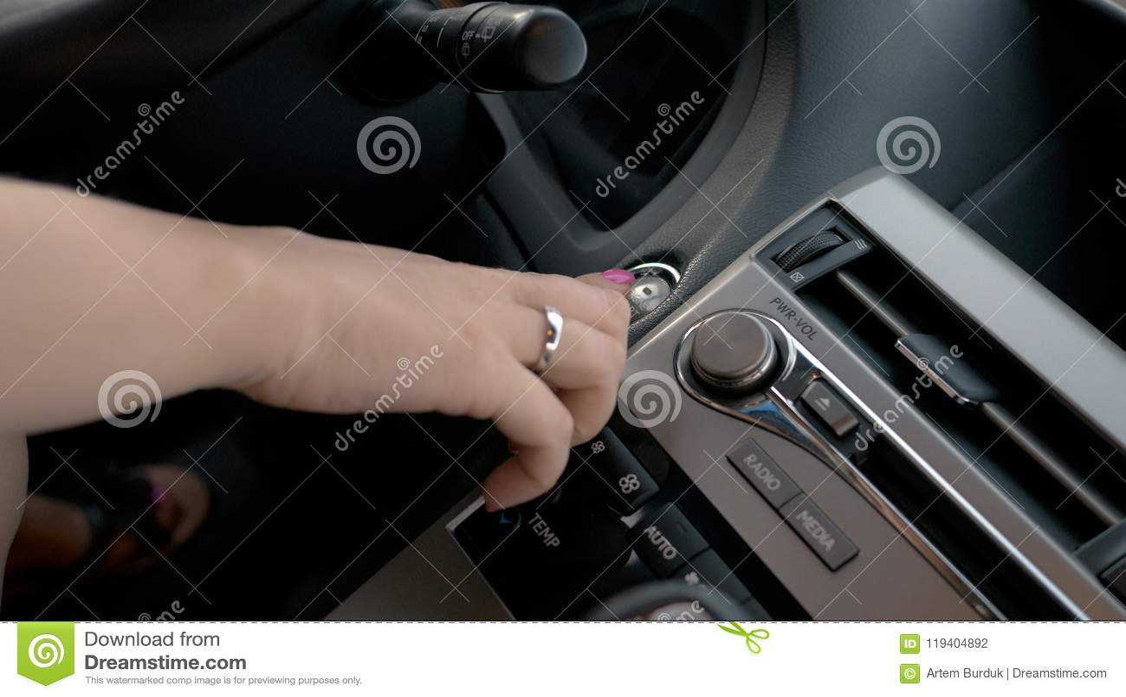 Женский двигатель автомобиля пуска от руки, бизнес-леди управляя роскошным кораблем, концом вверх