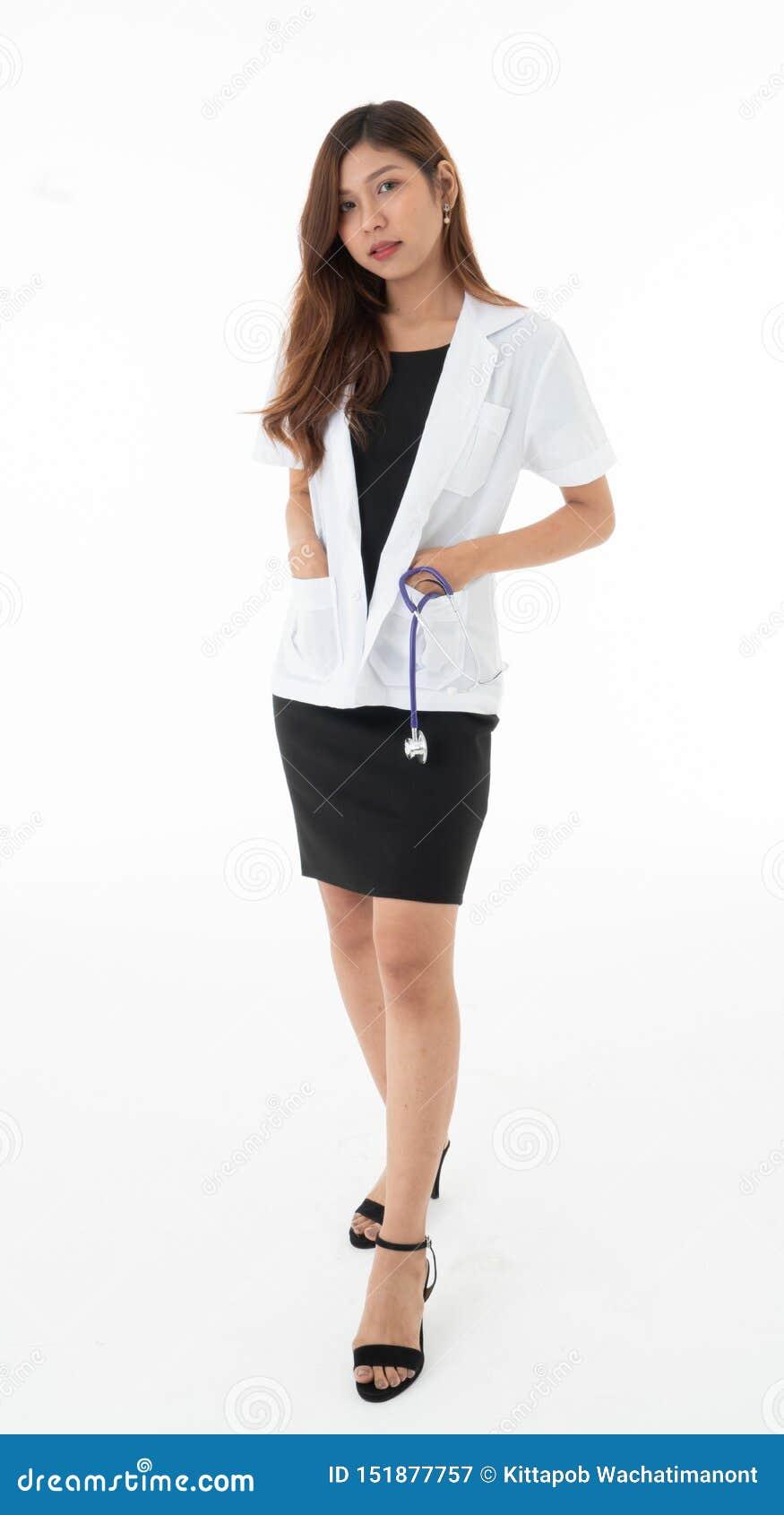 Женский доктор стоял представляющ с sthethoscope в кармане