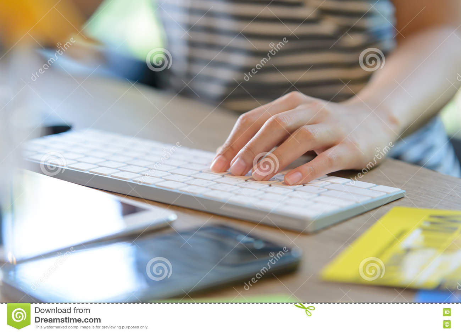 Download Женский левый печатать на клавиатуре Стоковое Фото - изображение насчитывающей typing, indoors: 72278132