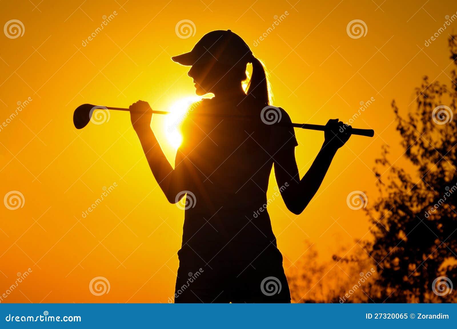 Женский игрок в гольф на восходе солнца