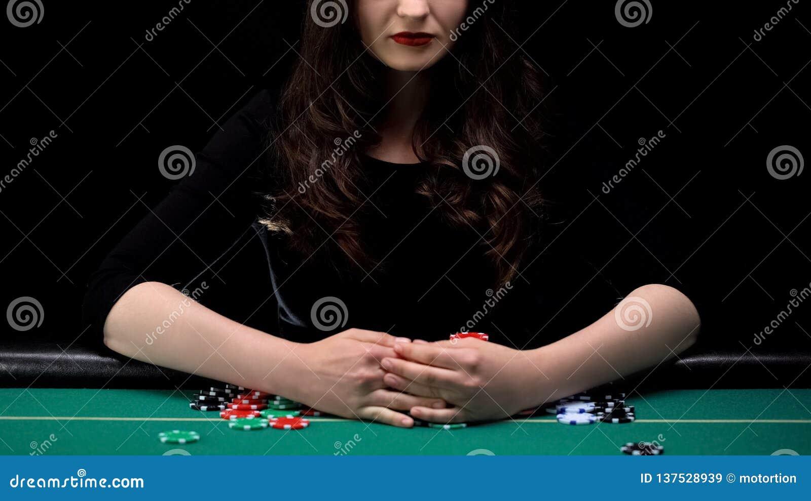 Женский игрок в покер хватая все обломоки казино, женственный фокус, играя в азартные игры везение