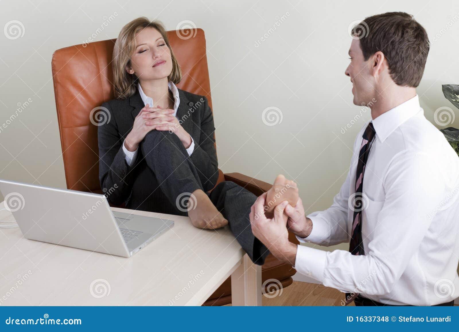 Если парень бьет ногой под партой
