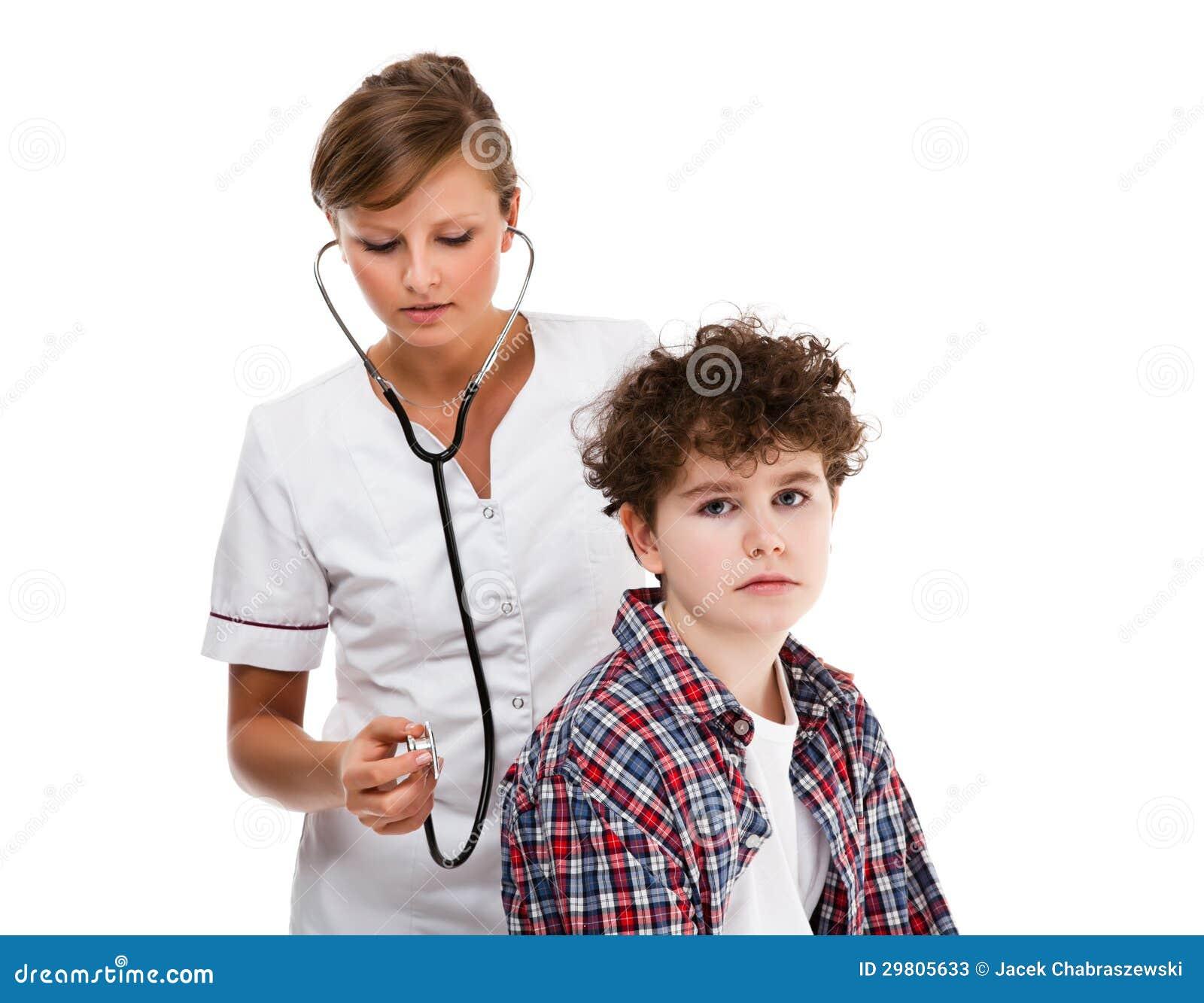 Мальчик врача рассматривая изолированный на белой предпосылке