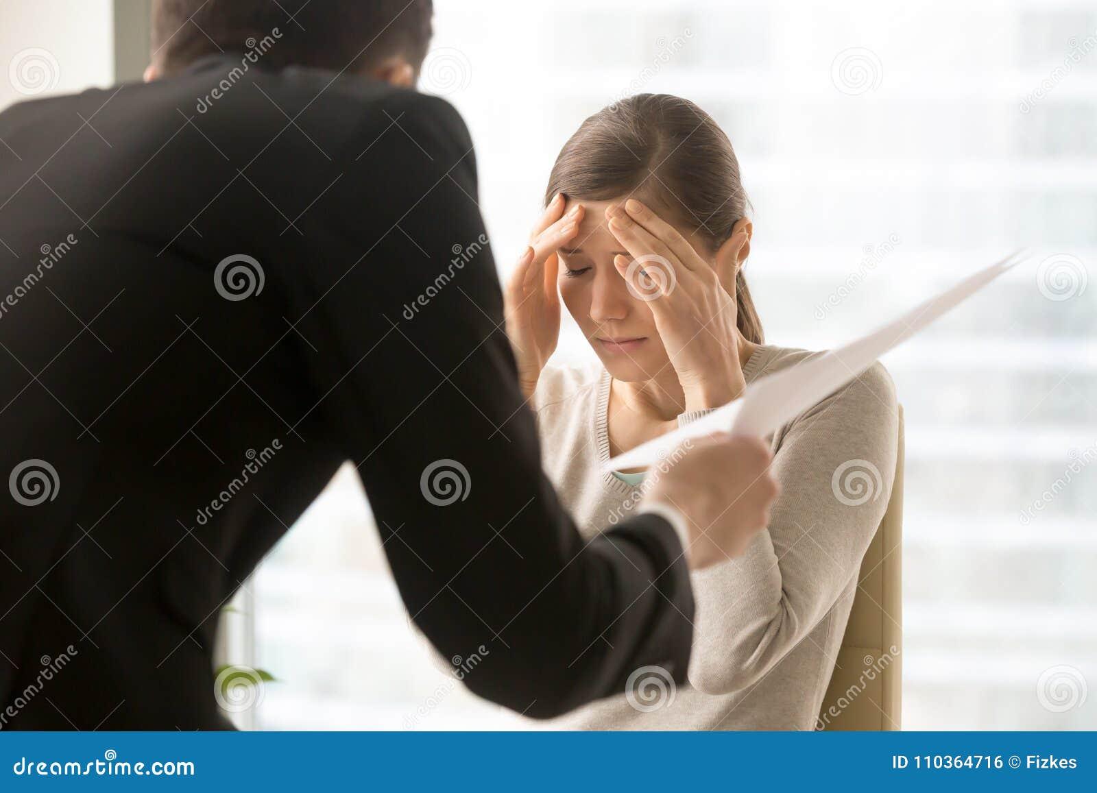 Женский работник расстроенный с сердитыми заявками босса