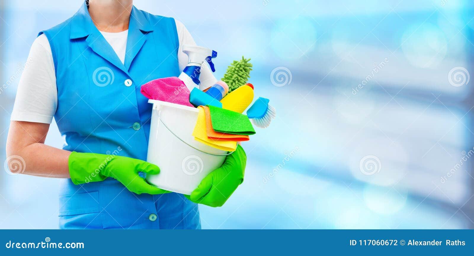 Женский уборщик держа ведро с поставками чистки