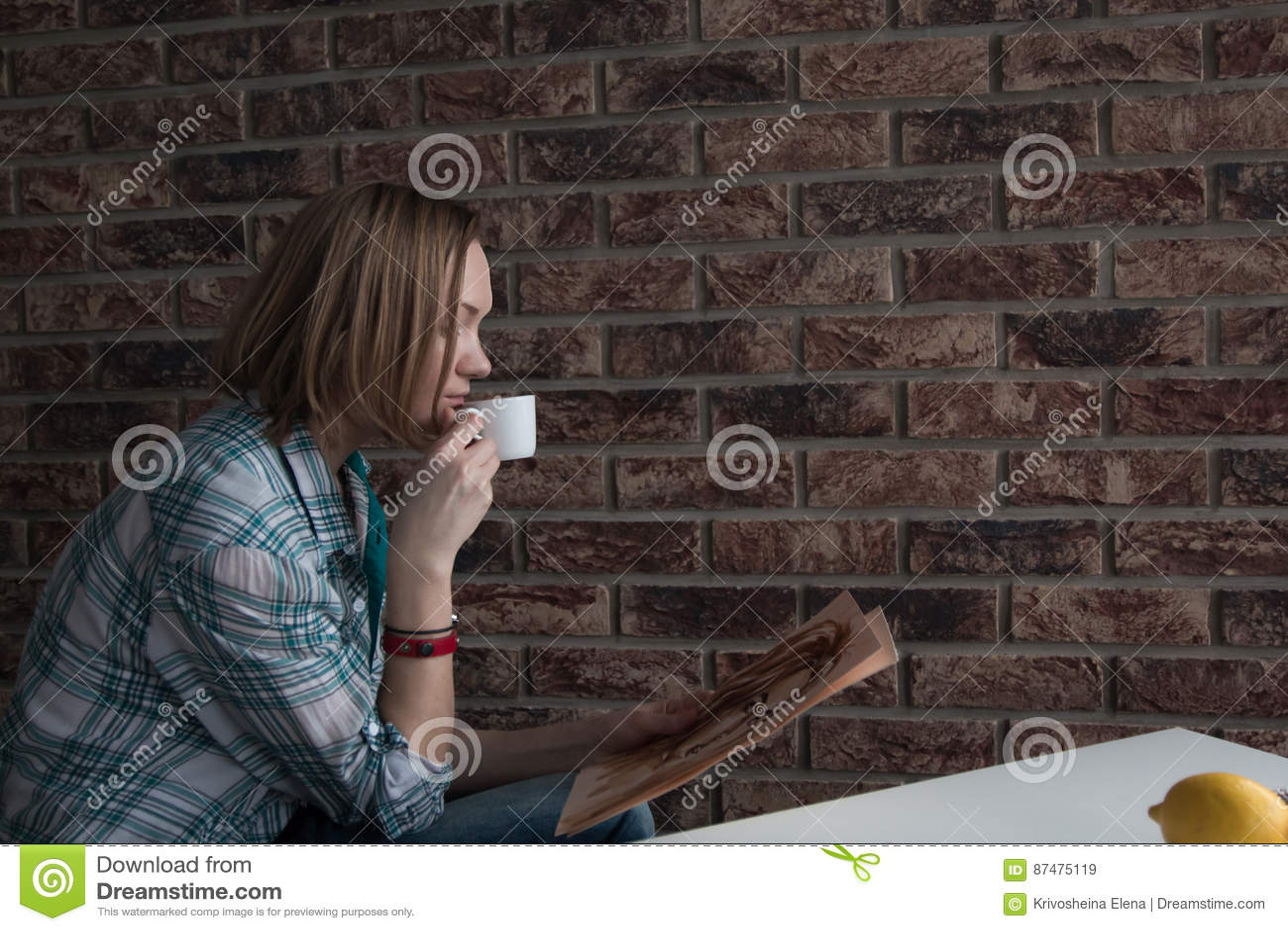 Женский художник рисует в комнате