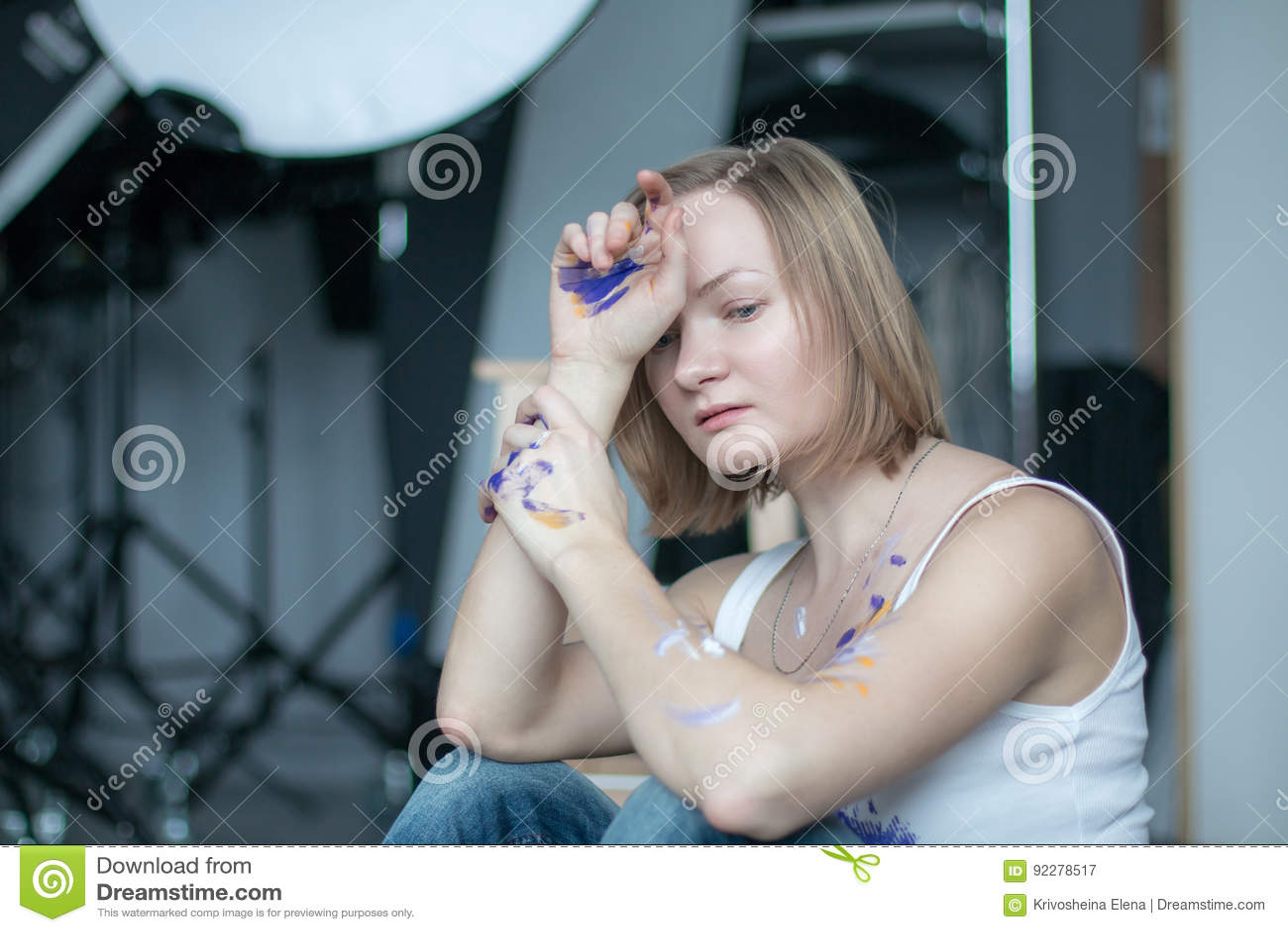 Женский художник с короткими белокурыми волосами