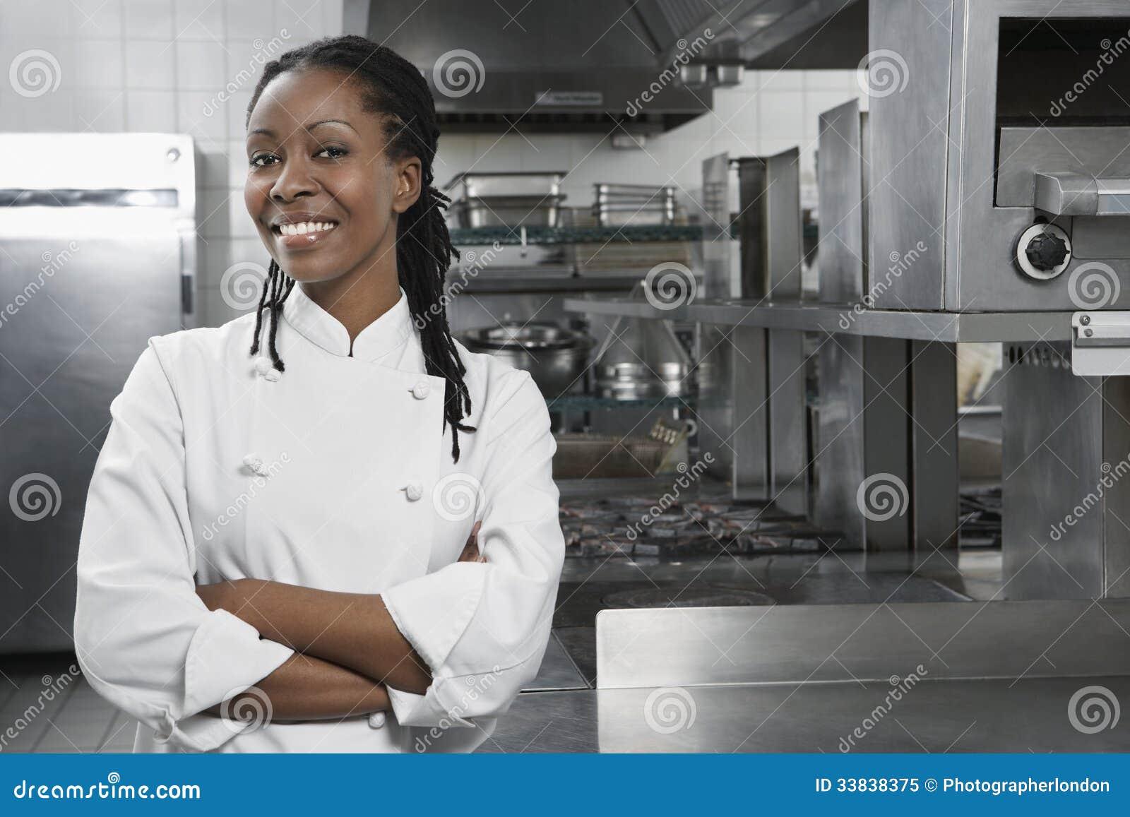 Женский шеф-повар в кухне