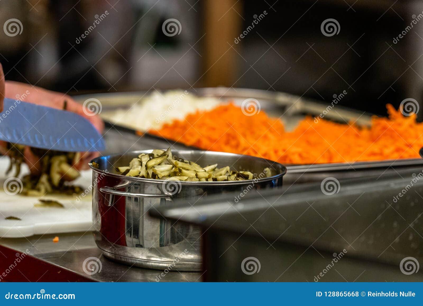 Женский шеф-повар прерывая замаринованные огурцы для салатов, Wedding еды
