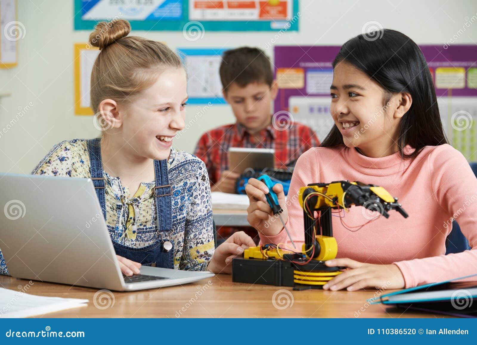 2 женских зрачка в уроке науки изучая робототехнику