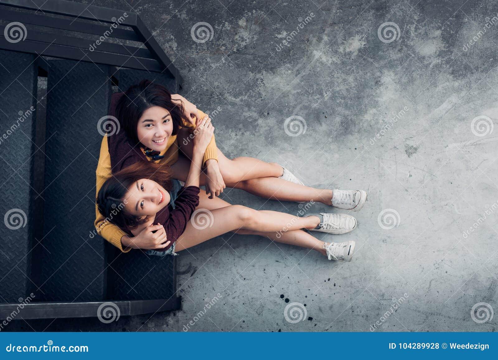 2 женских лесбосских пары lgbt сидя на черной лестнице h крыши