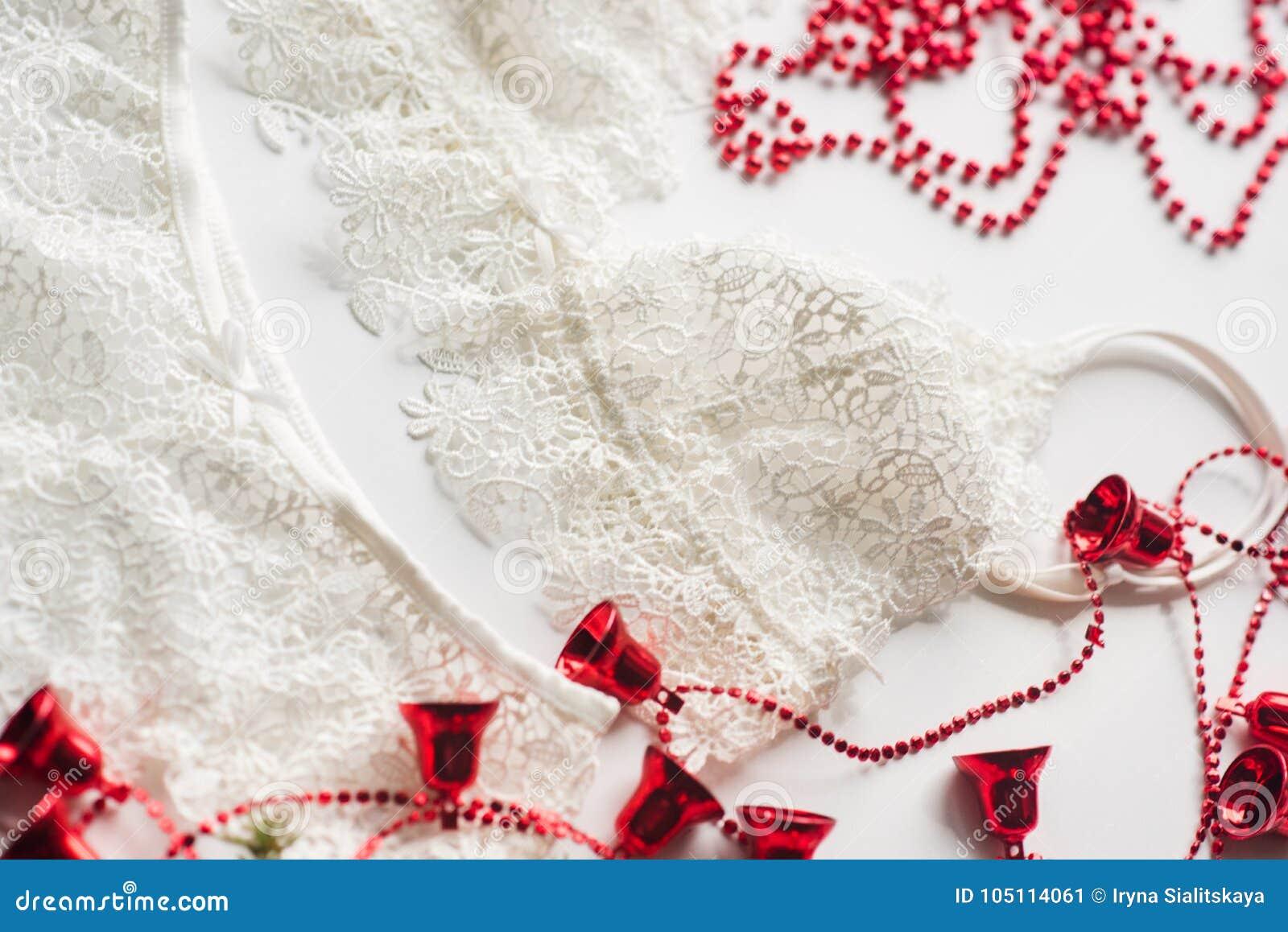 65104fc70102f Женское бельё для сексуальной девушки, красные шарики рождества, ветвь  зеленой рождественской елки на белой предпосылке