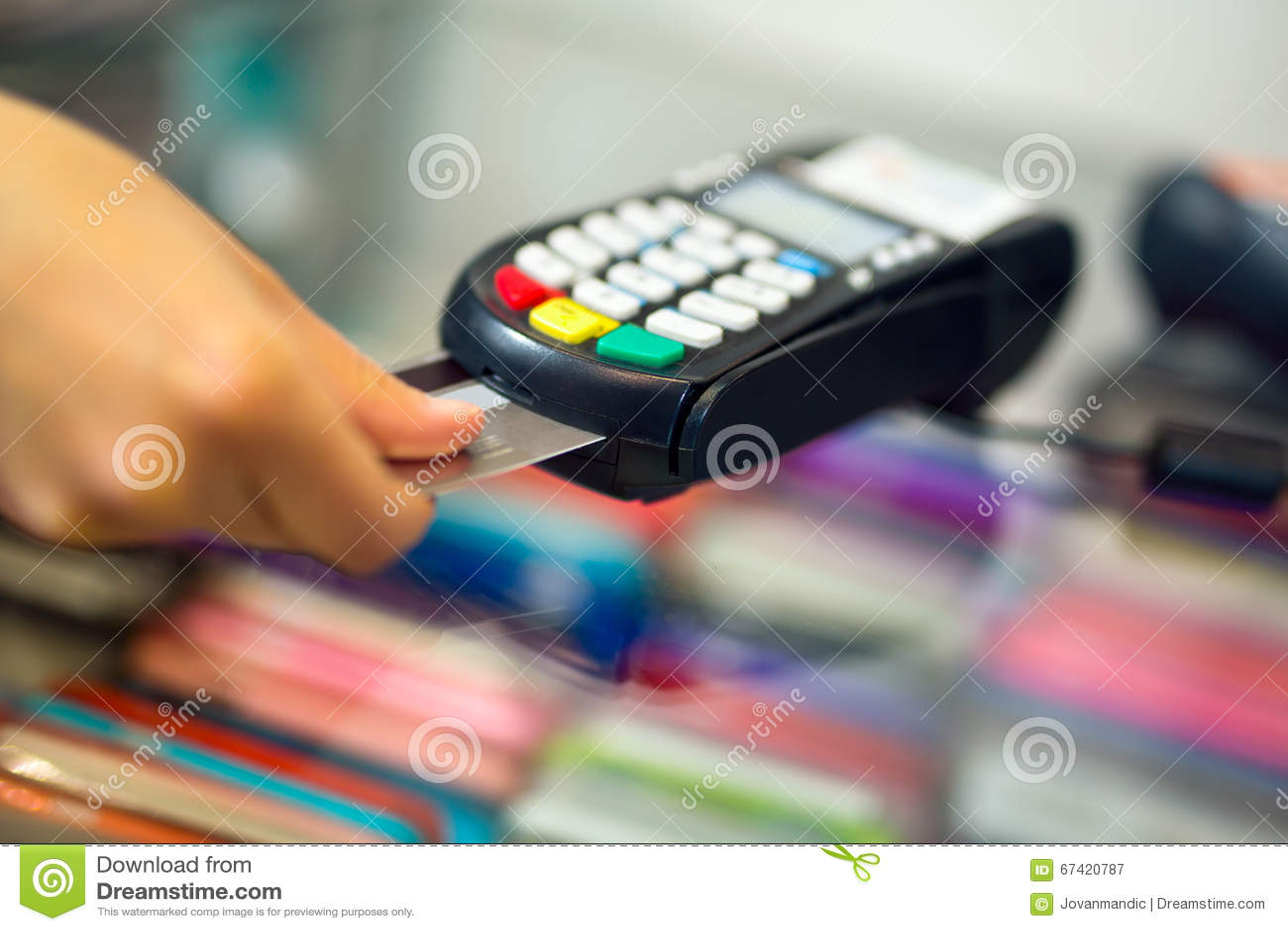 Женское делая приобретение через машину оплаты