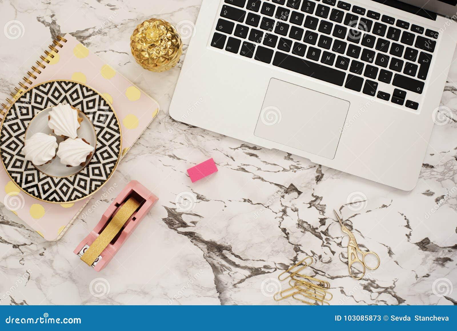 Женственная концепция рабочего места Независимое место для работы в стиле положения квартиры с компьтер-книжкой, помадками, золот