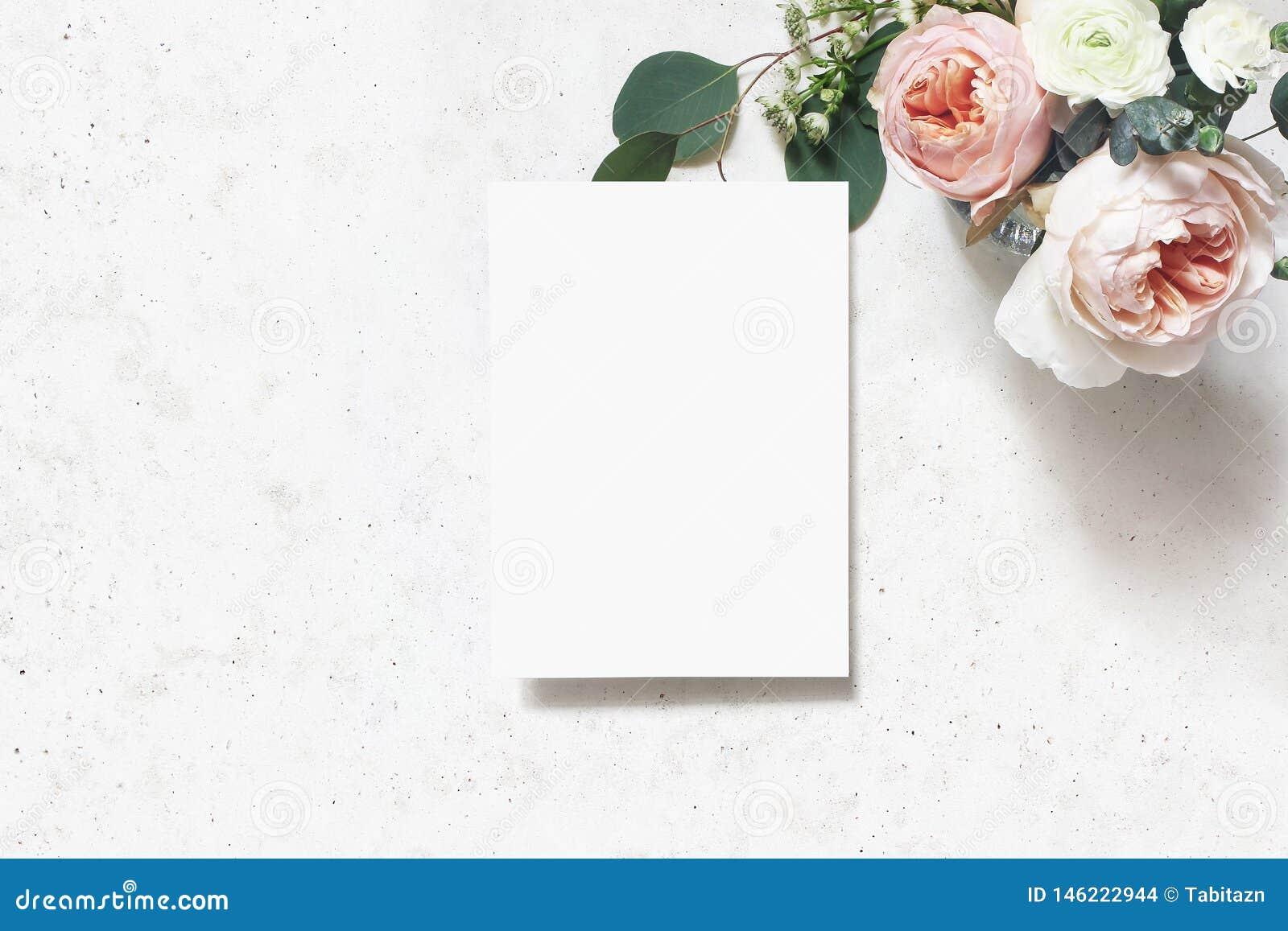 Женственная свадьба, сцена модель-макета дня рождения Поздравительная открытка чистого листа бумаги Букет краснеет розовые англий