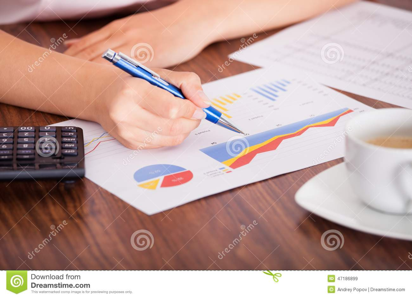Женщина анализируя финансовые данные