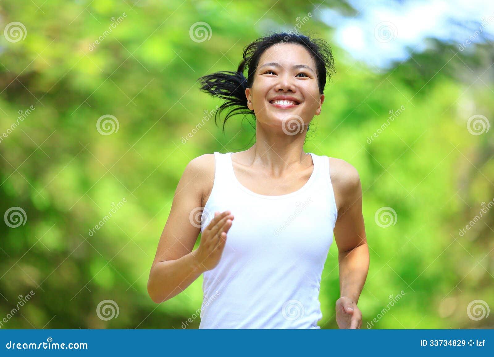 Женщина бежать на парке