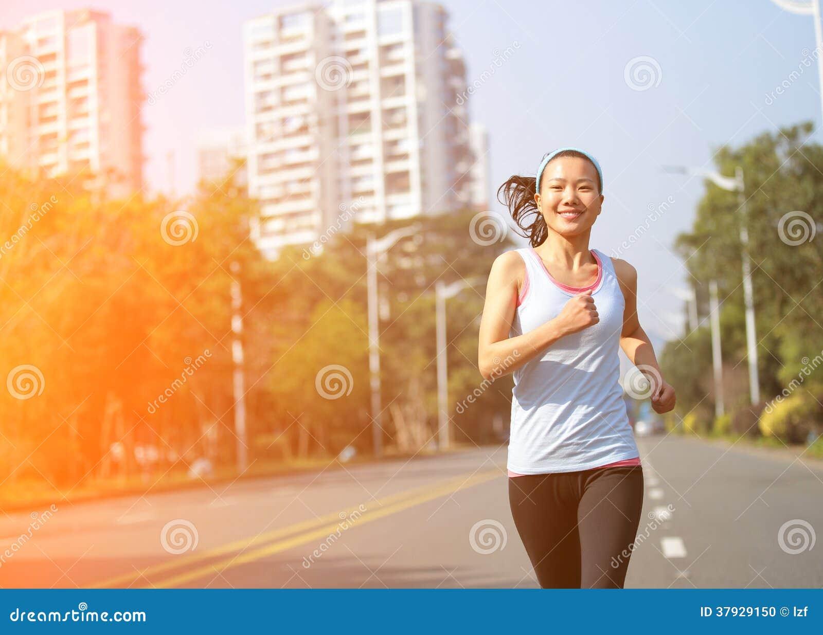 Женщина бежать на улице города