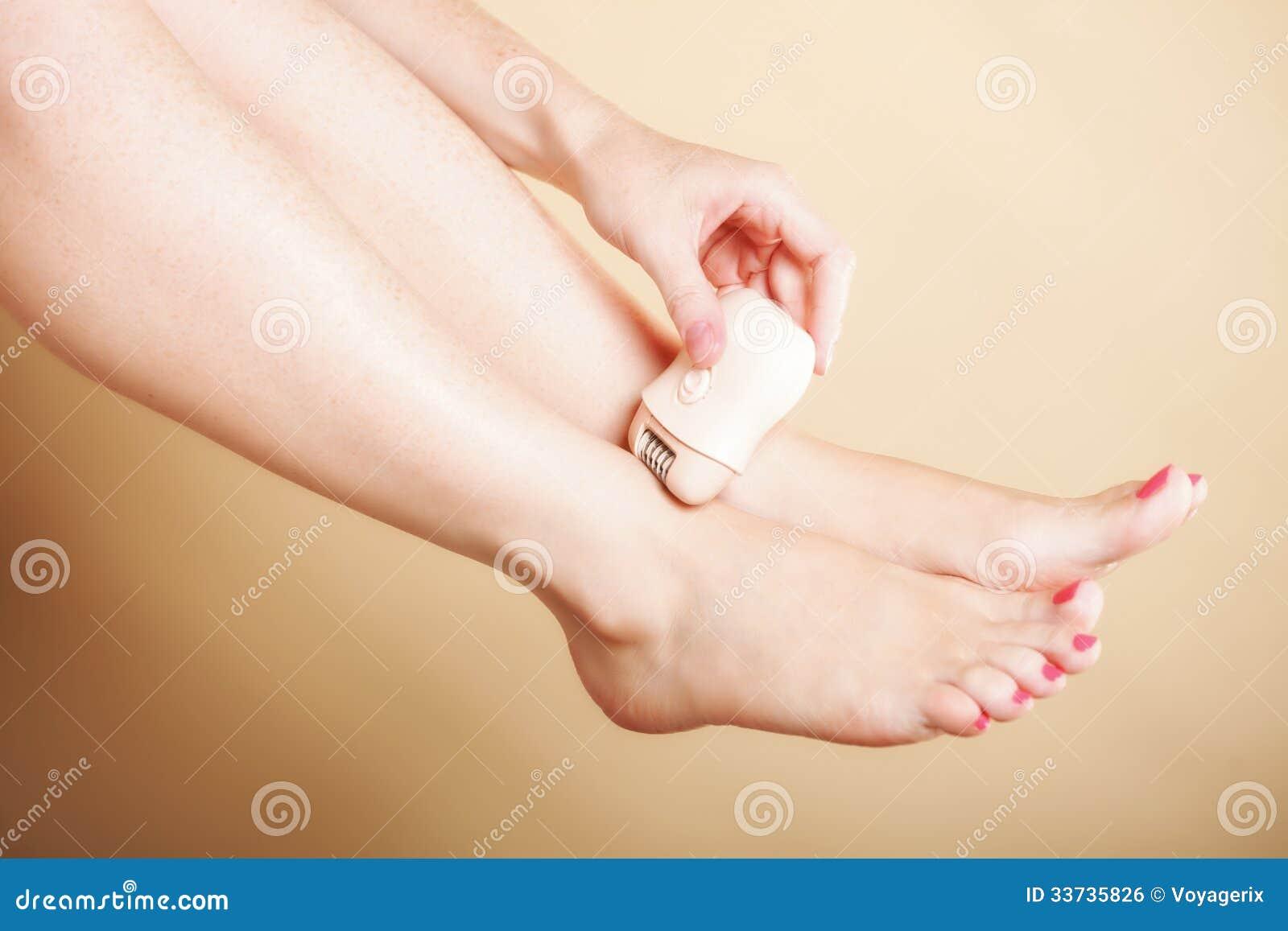 Женщина брея ногу с заботой тела депиляции шевера