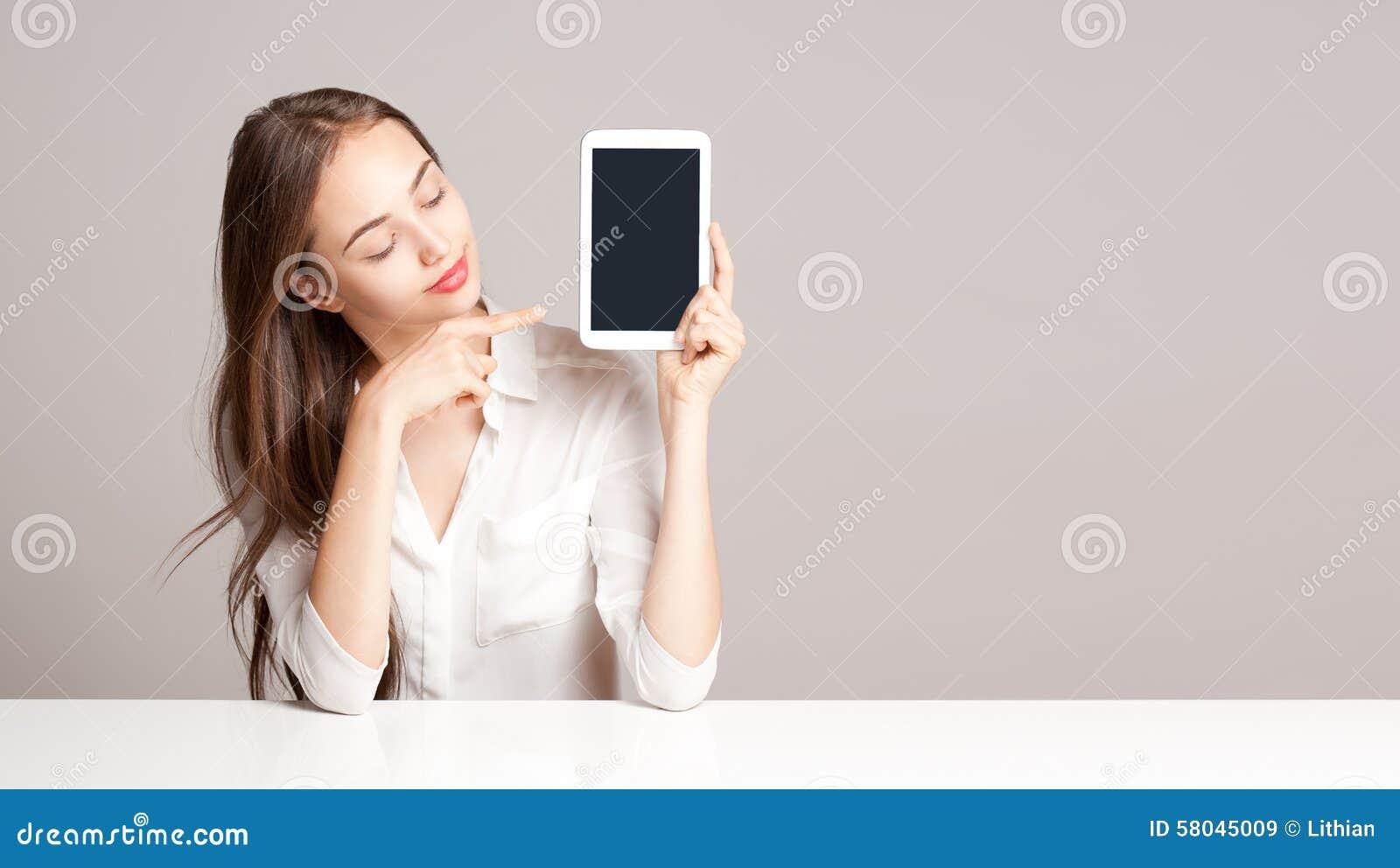 Женщина брюнет используя планшет