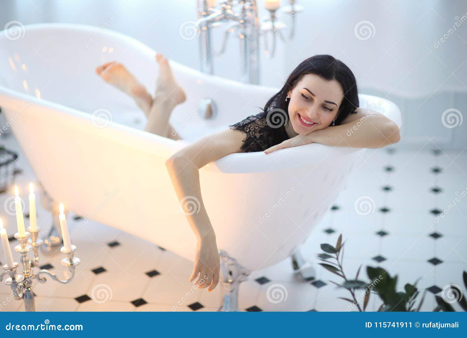 Горловых женщина в платье принимает ванну видео