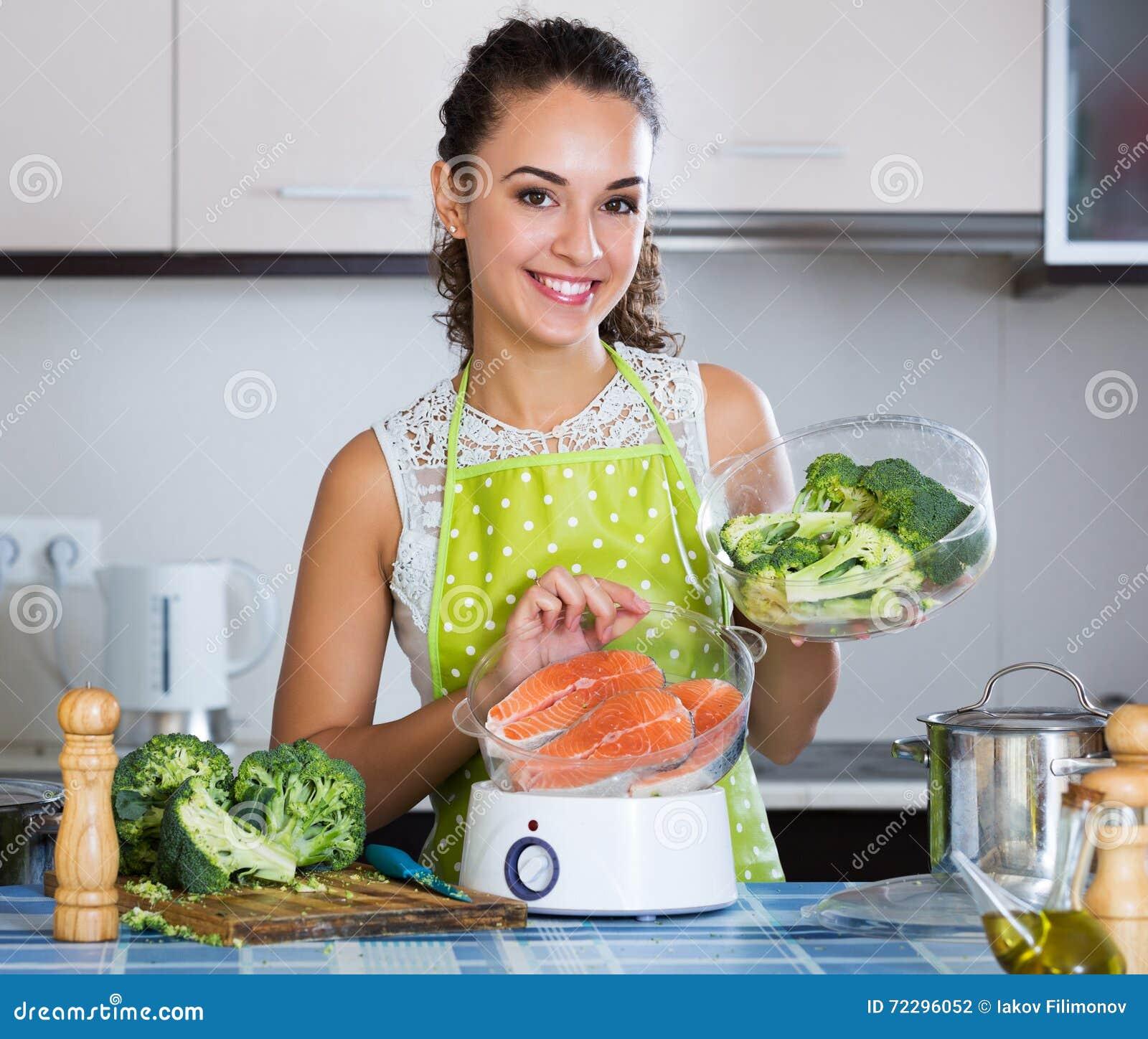 Download Женщина варя форель в распаровщике Стоковое Фото - изображение насчитывающей вскользь, lifestyle: 72296052