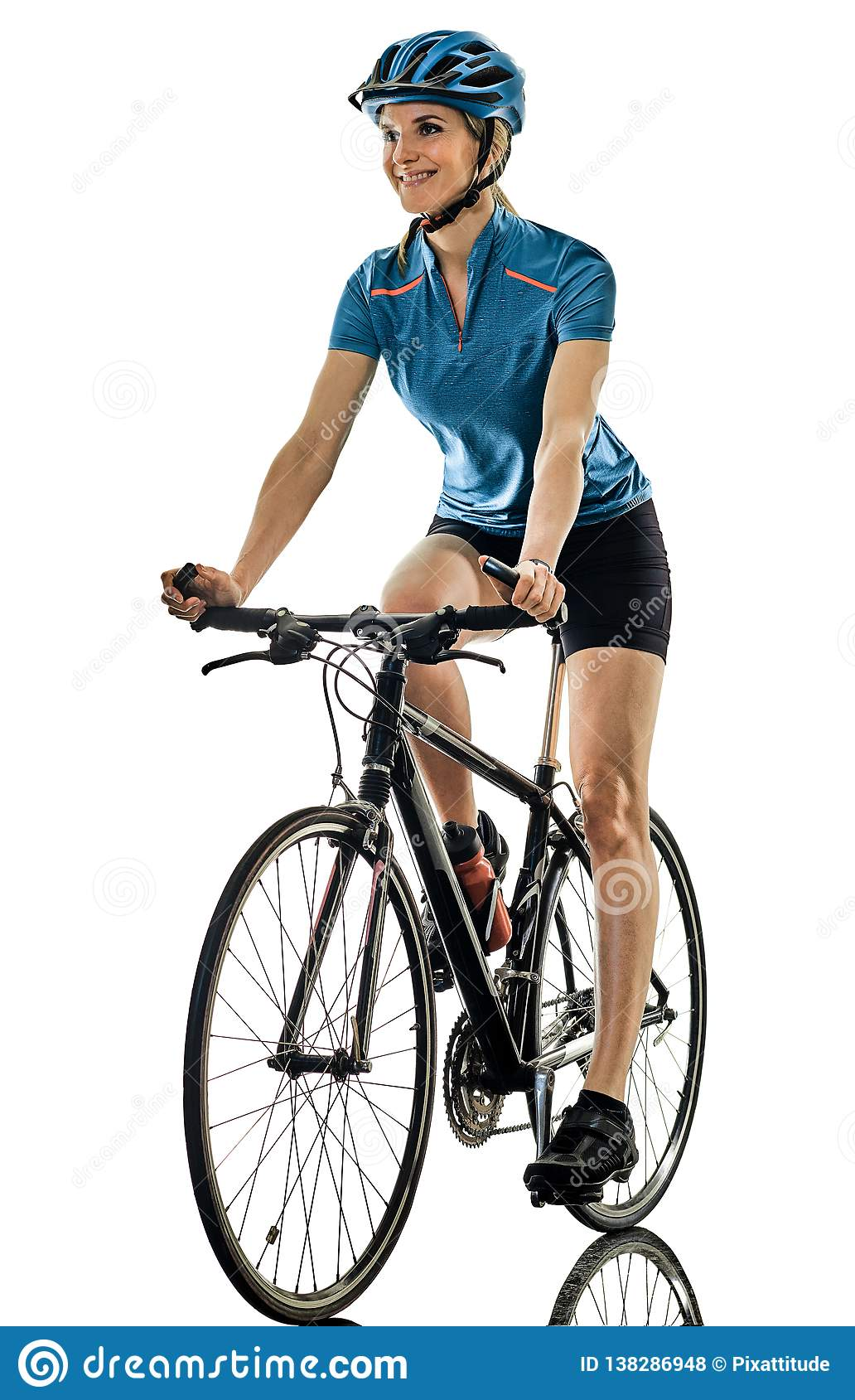 Женщина велосипеда катания велосипедиста задействуя изолировала белую предпосылку