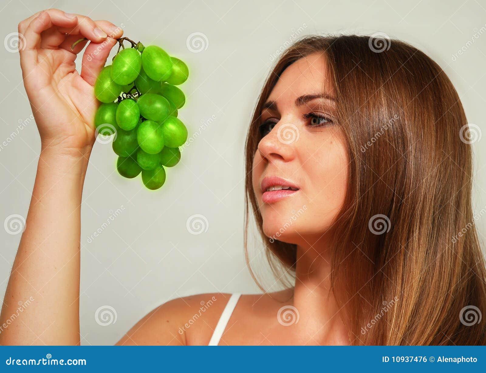 женщина виноградины