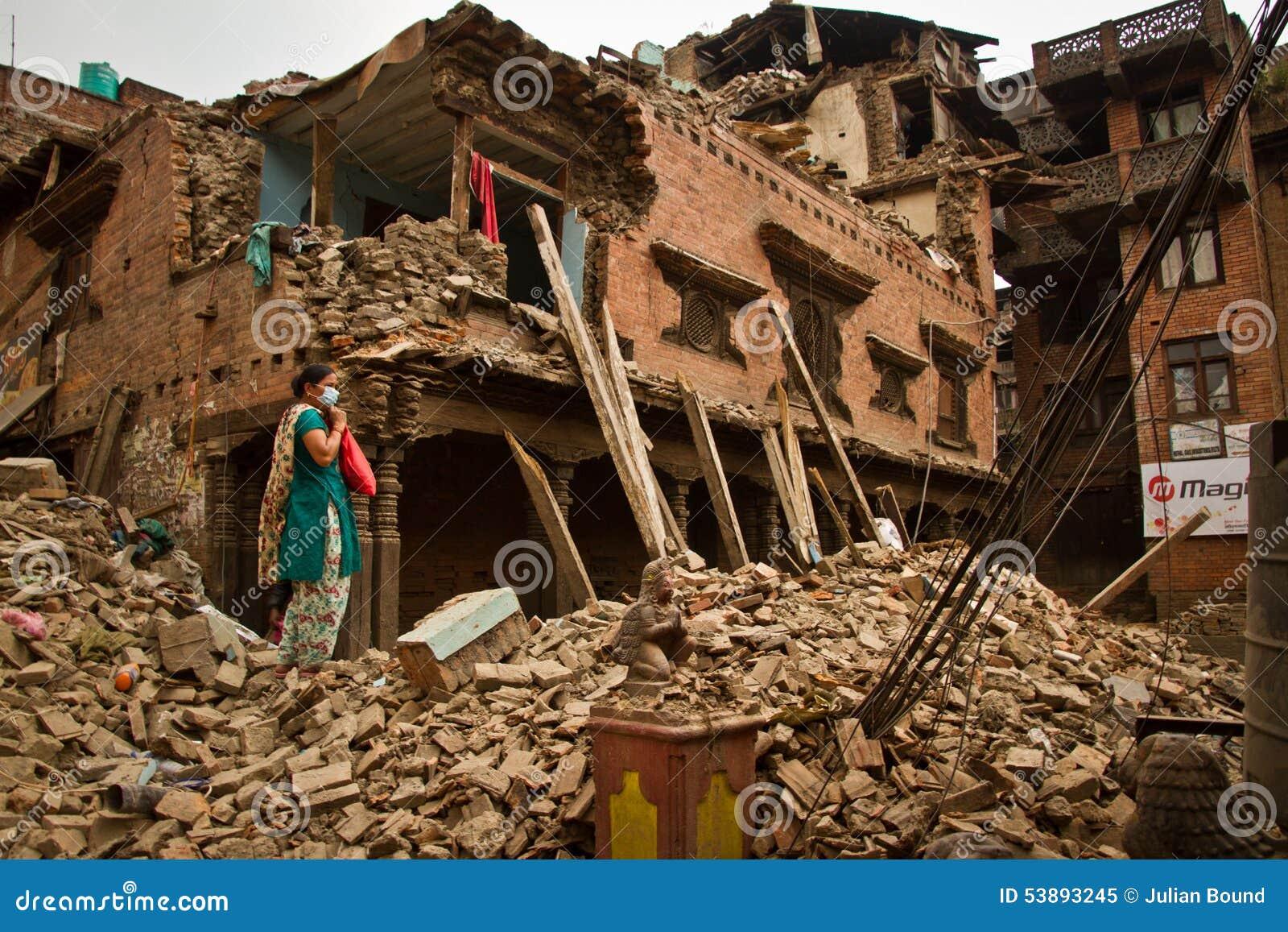 Женщина вне ее теперь землетрясения загубила дом в Bhaktapur, Ne