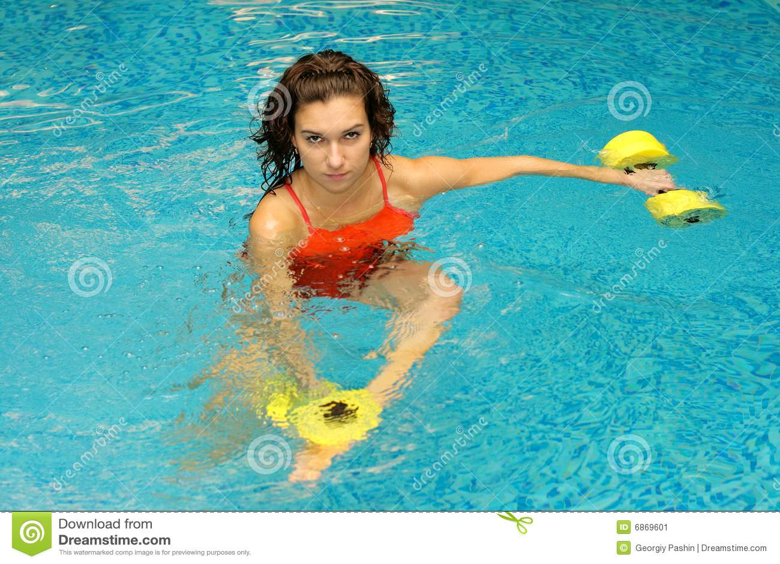 женщина воды dumbbels