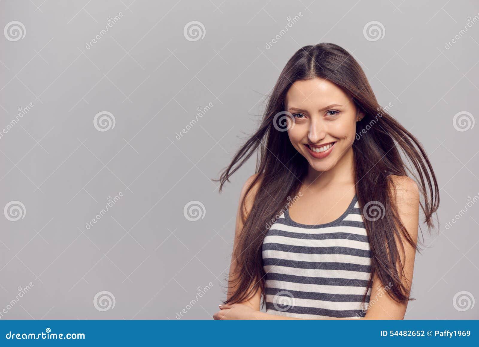 женщина волос летания счастливая