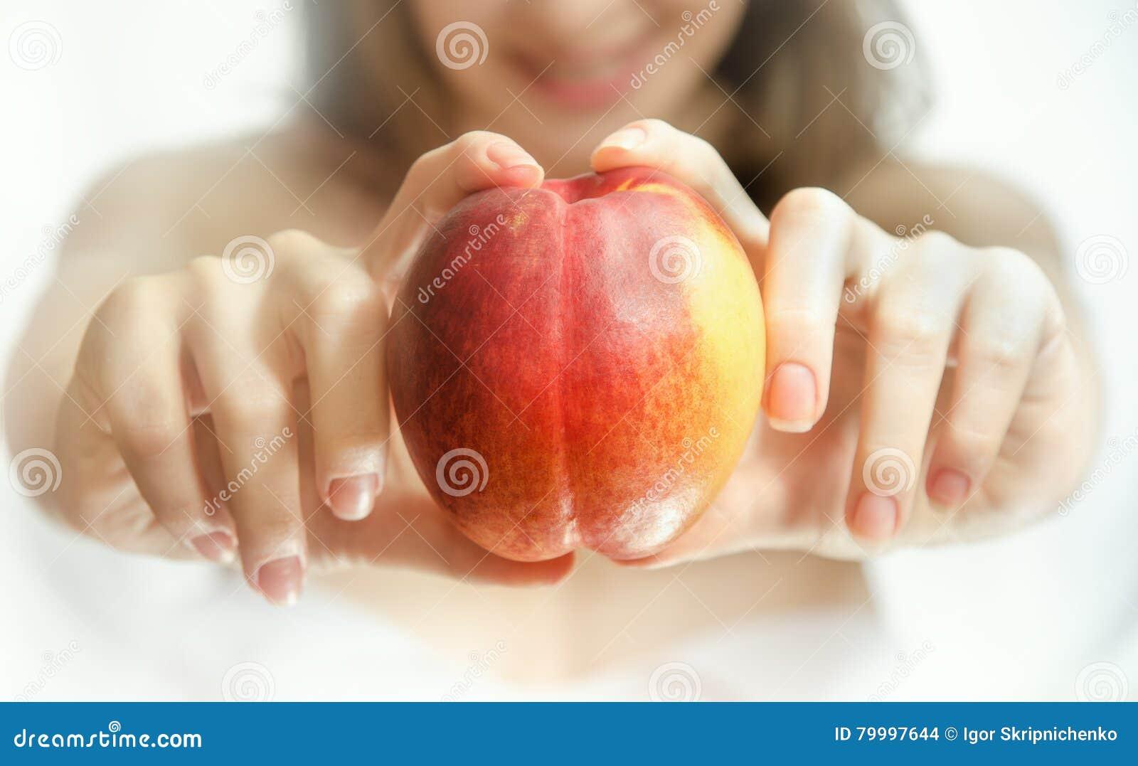 Персик у девушек смотреть 3
